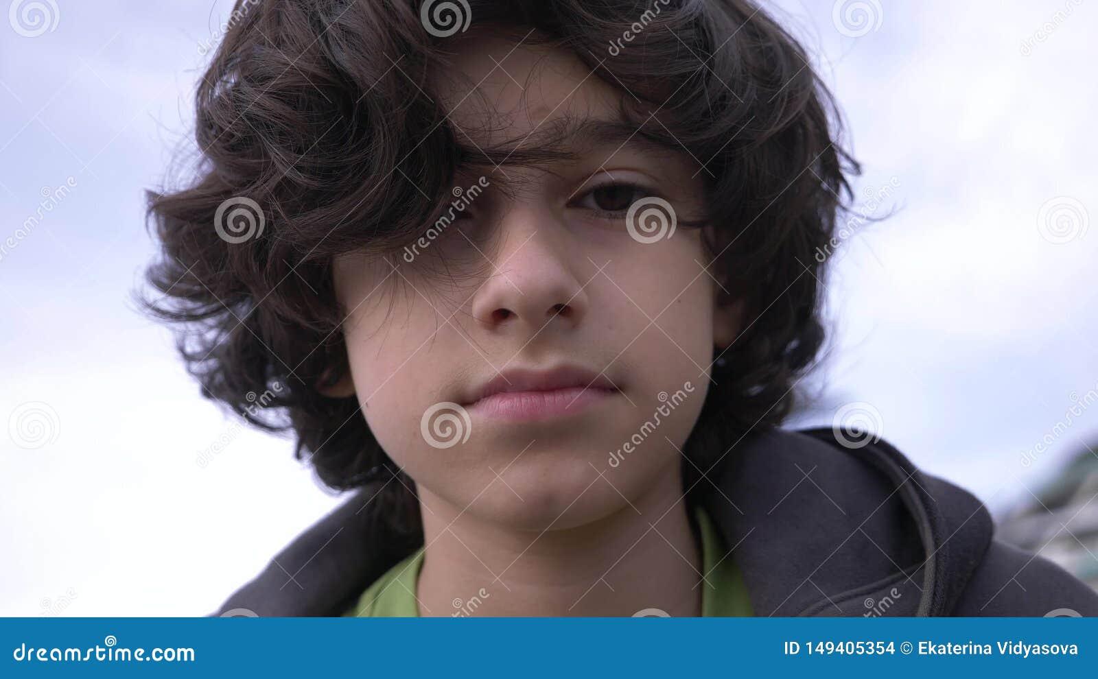 有卷发的逗人喜爱的少年反对天空蔚蓝4k,慢动作射击