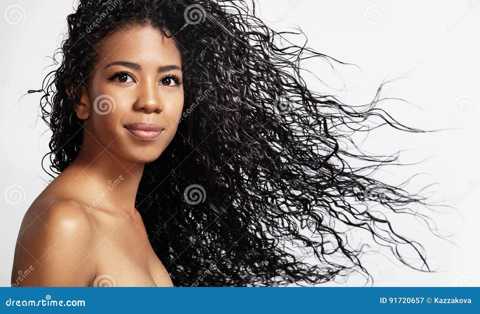 有卷发的黑人妇女在空气
