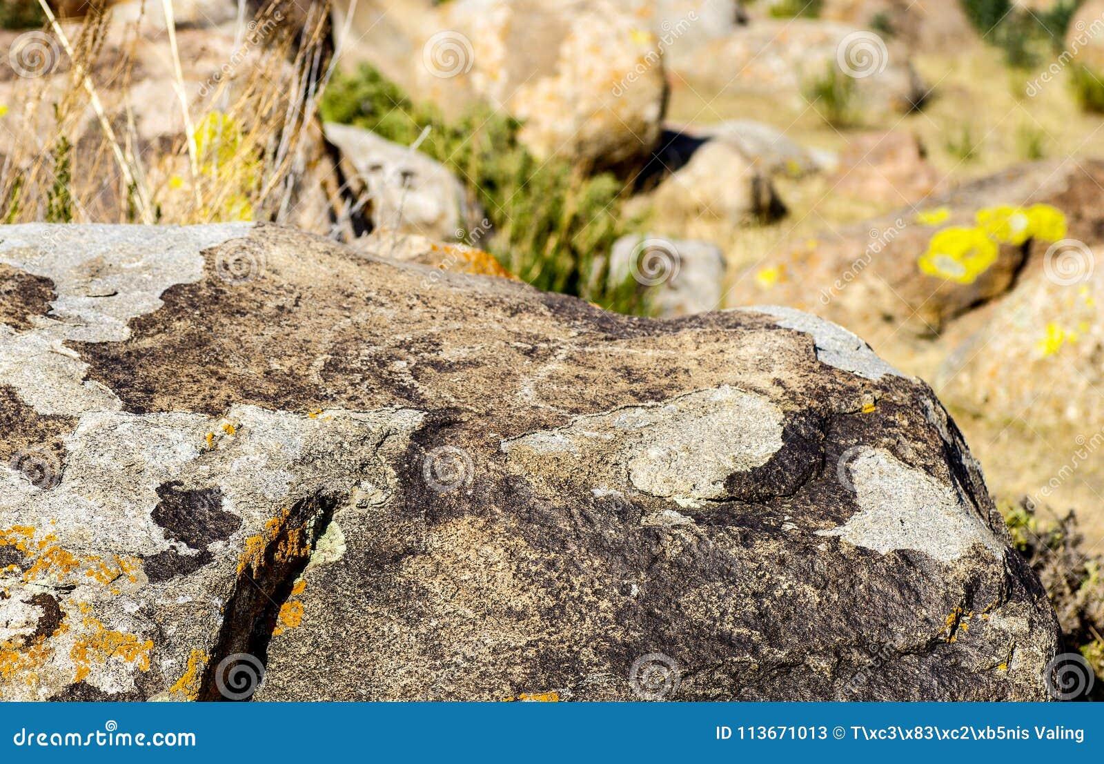 有历史刻在岩石上的文字的古老站点在吉尔吉斯斯坦