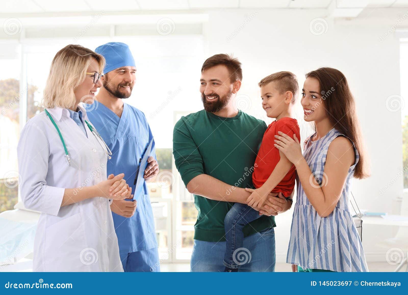 有参观儿童的doctorsl的父母的小男孩