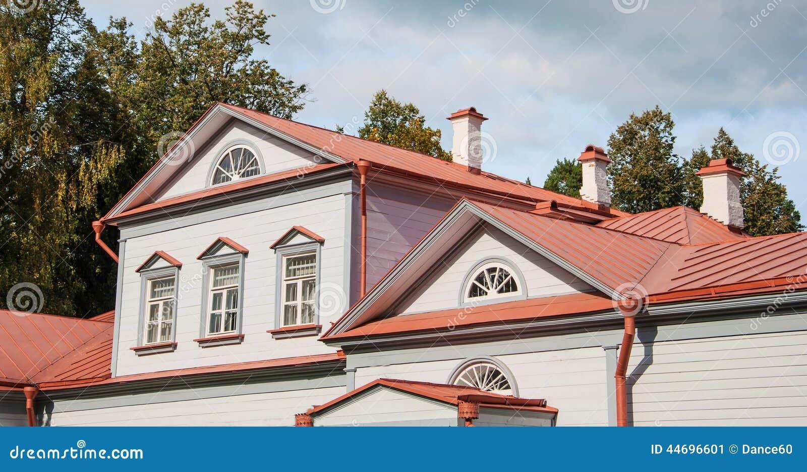 有双重斜坡屋顶的房屋图片