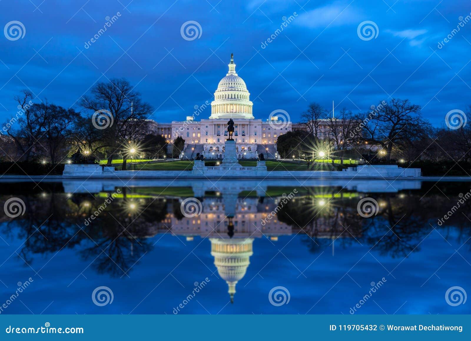 有反射的美国国会大厦在晚上,华盛顿特区