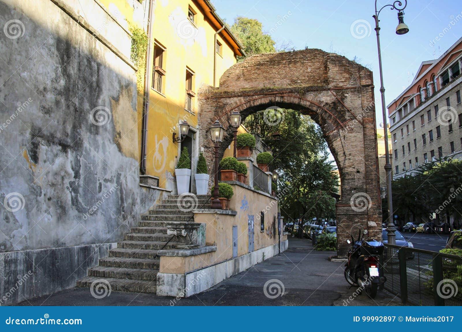 有古色古香的曲拱的,罗马,意大利老房子