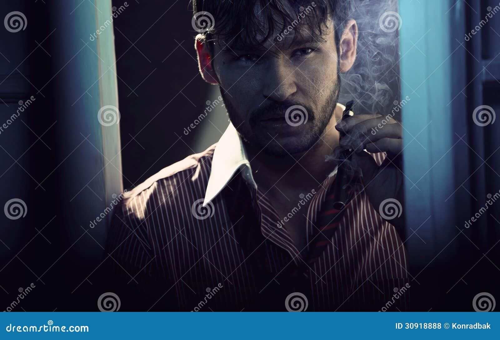 有古巴雪茄的可爱的丈夫