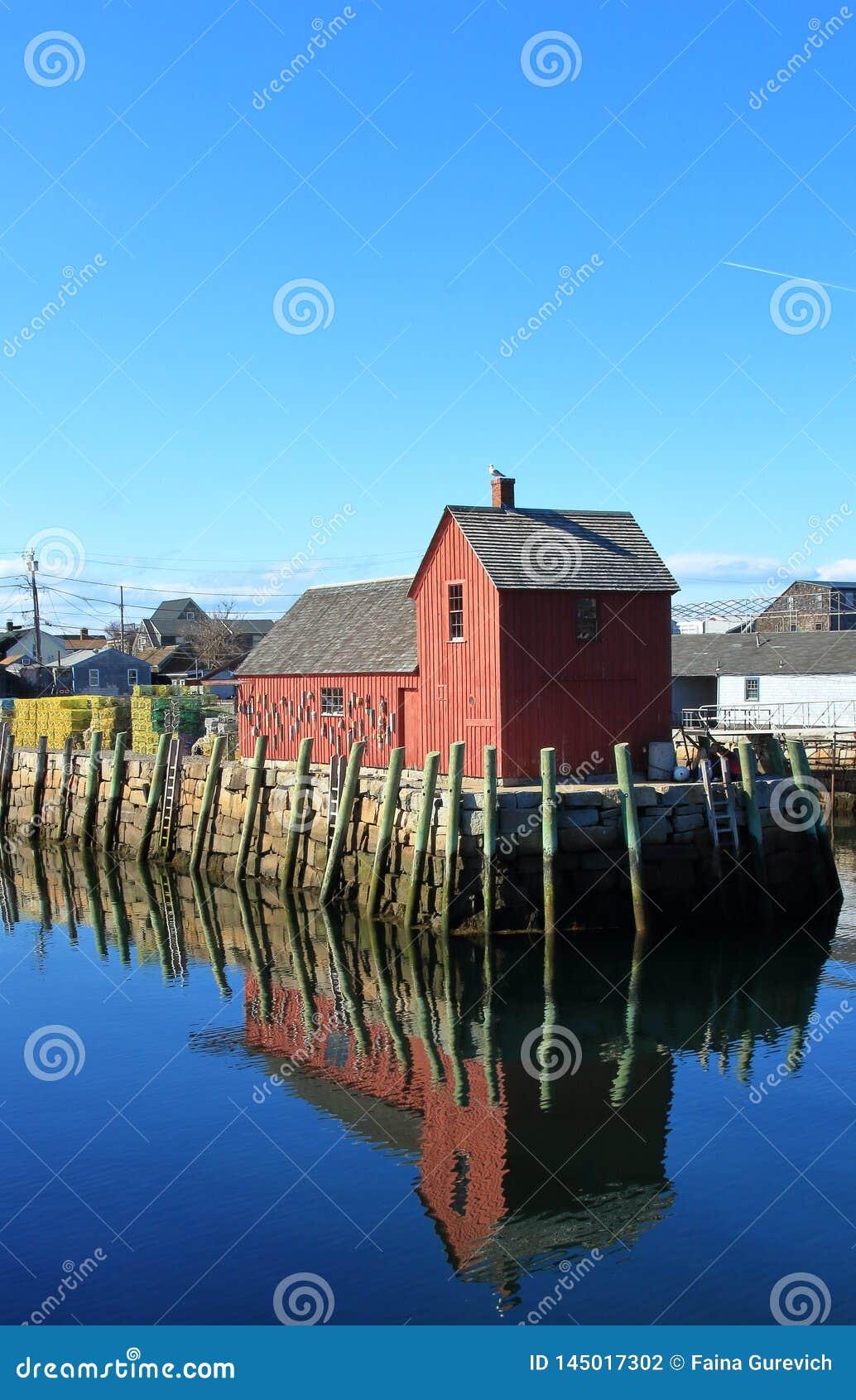 有叫作主题的红色钓鱼的棚子的码头第一在罗克波特