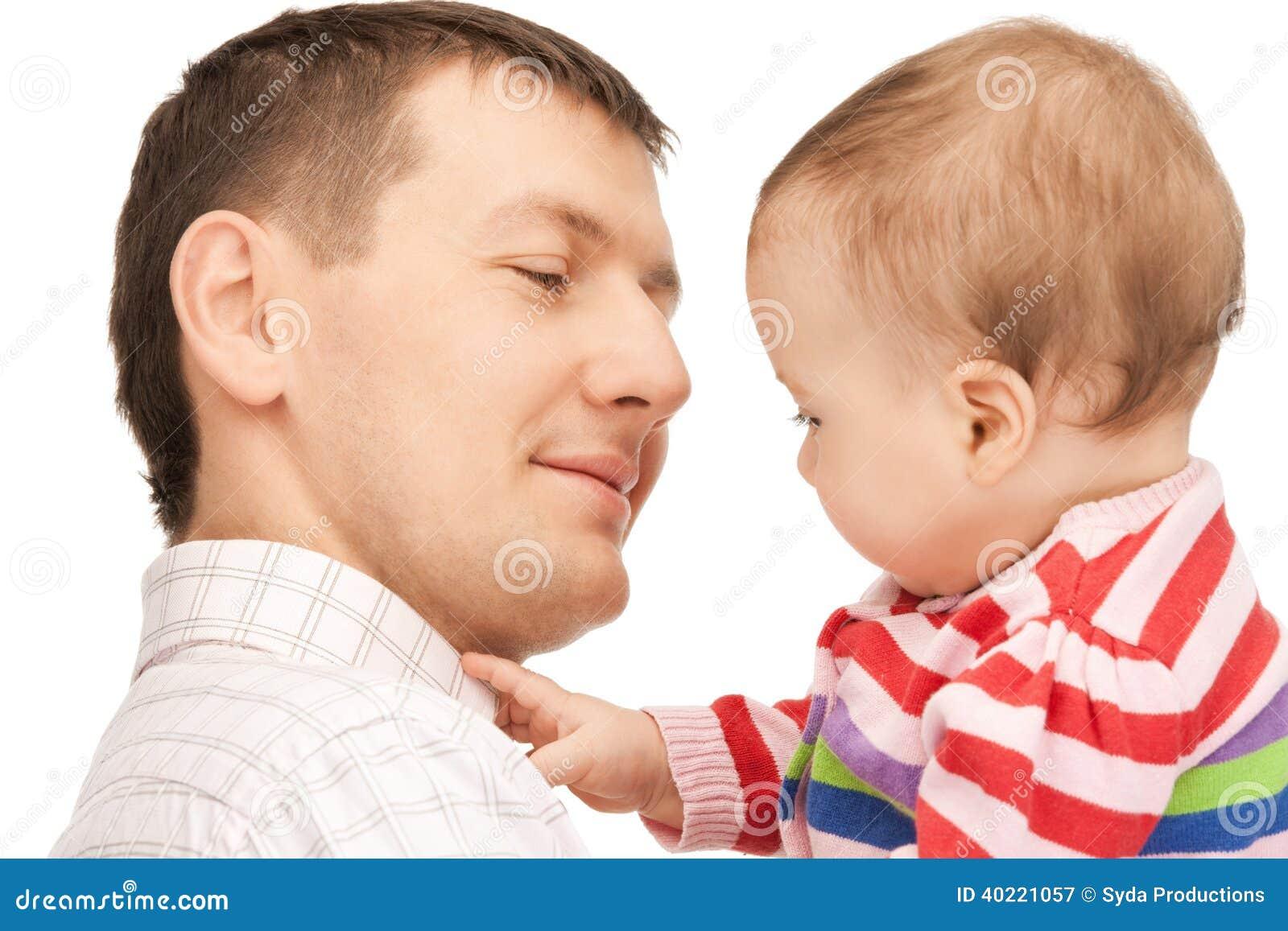 有可爱的婴孩的愉快的父亲