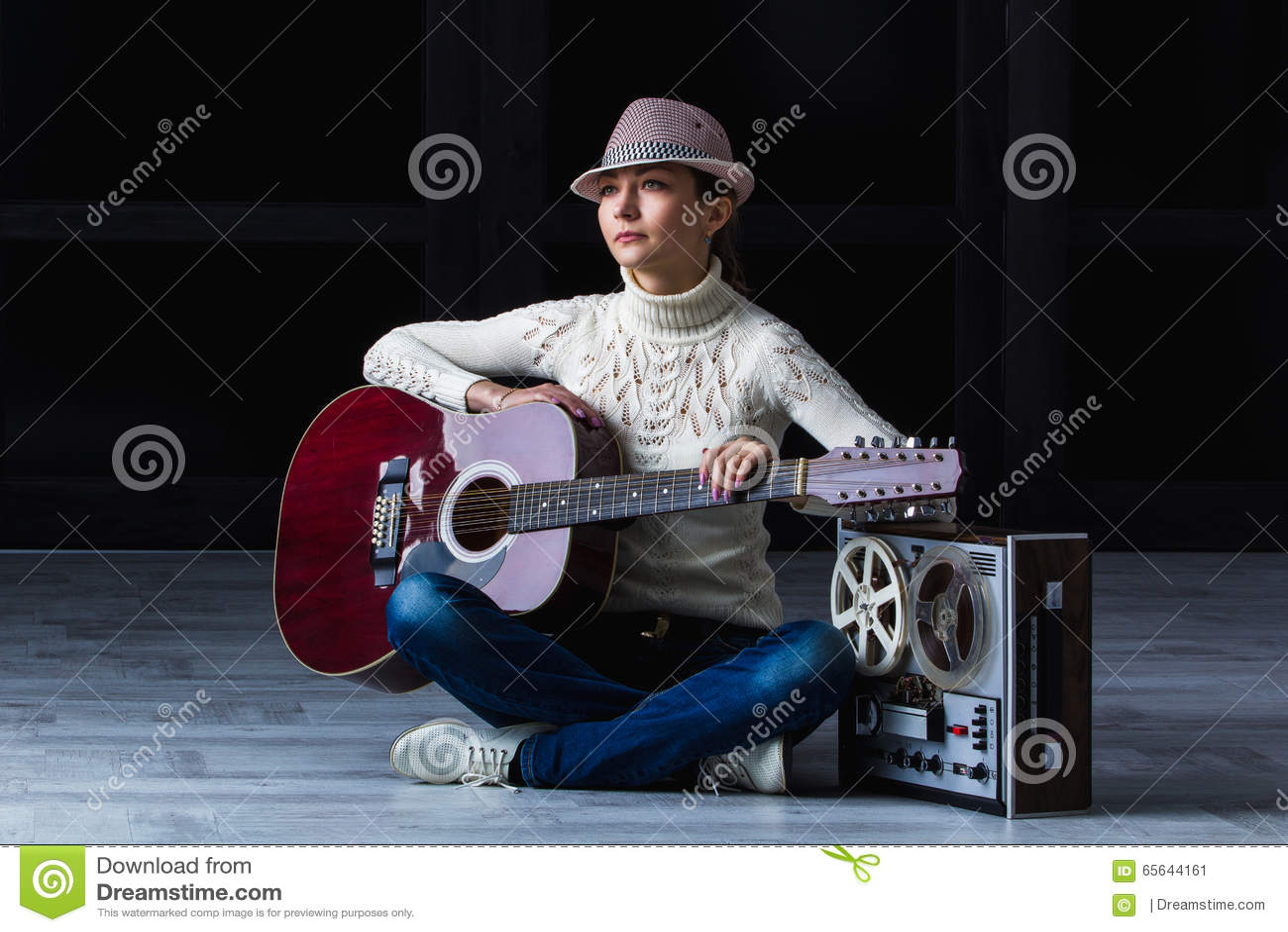 有吉他和磁带的女孩