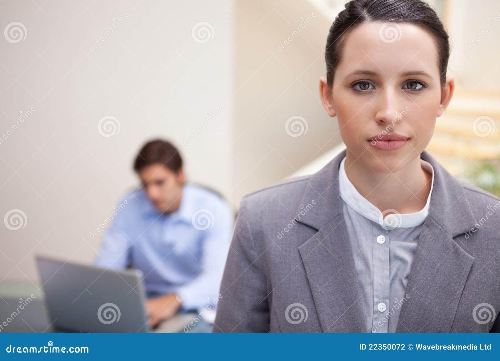 有同事的女实业家他的在她之后的膝上型计算机的