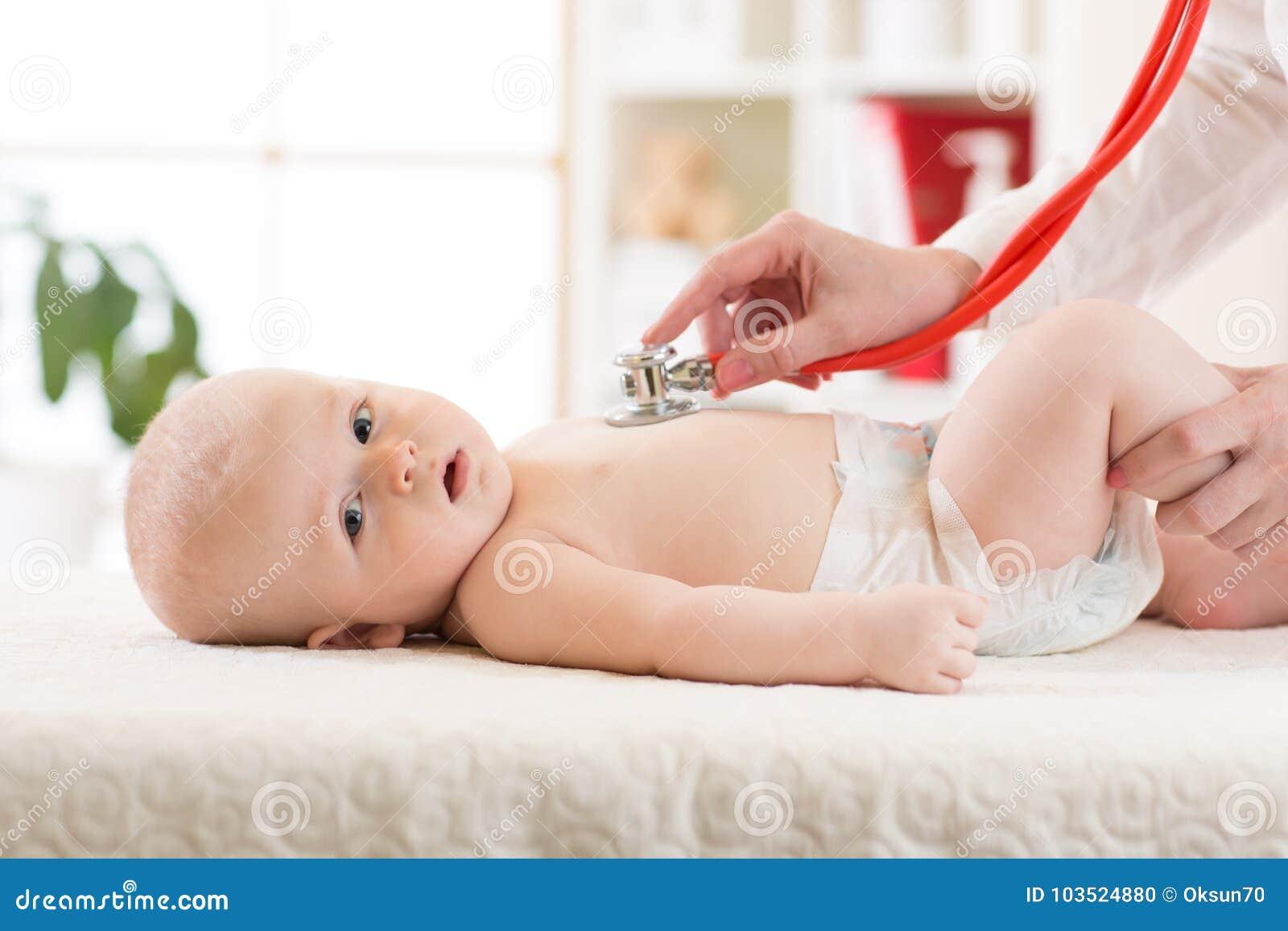 有听诊器的医生审查的婴孩在诊所 婴孩健康概念