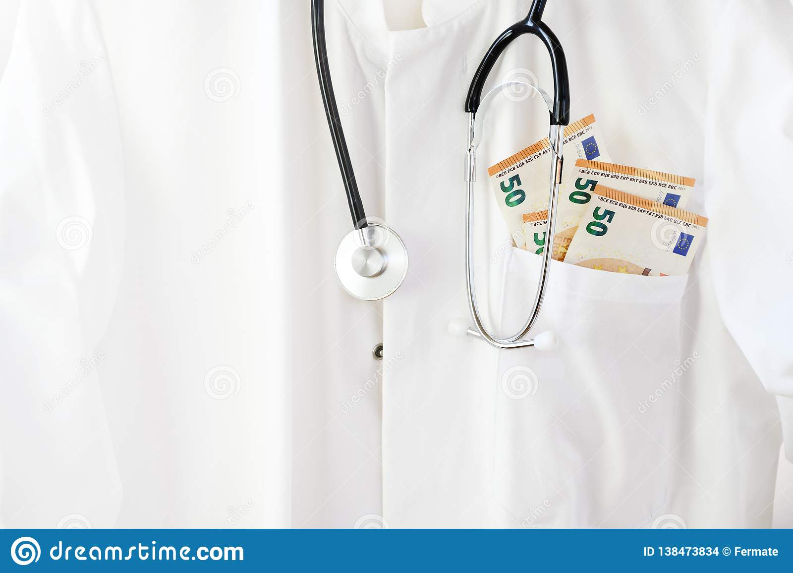 有听诊器的医生或医师外套和在口袋的欧元金钱,医疗保健费用和腐败概念与拷贝