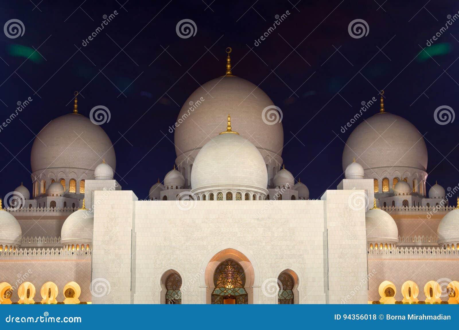 有启发性扎耶德清真寺夜射击在有白色大理石圆顶的阿布扎比