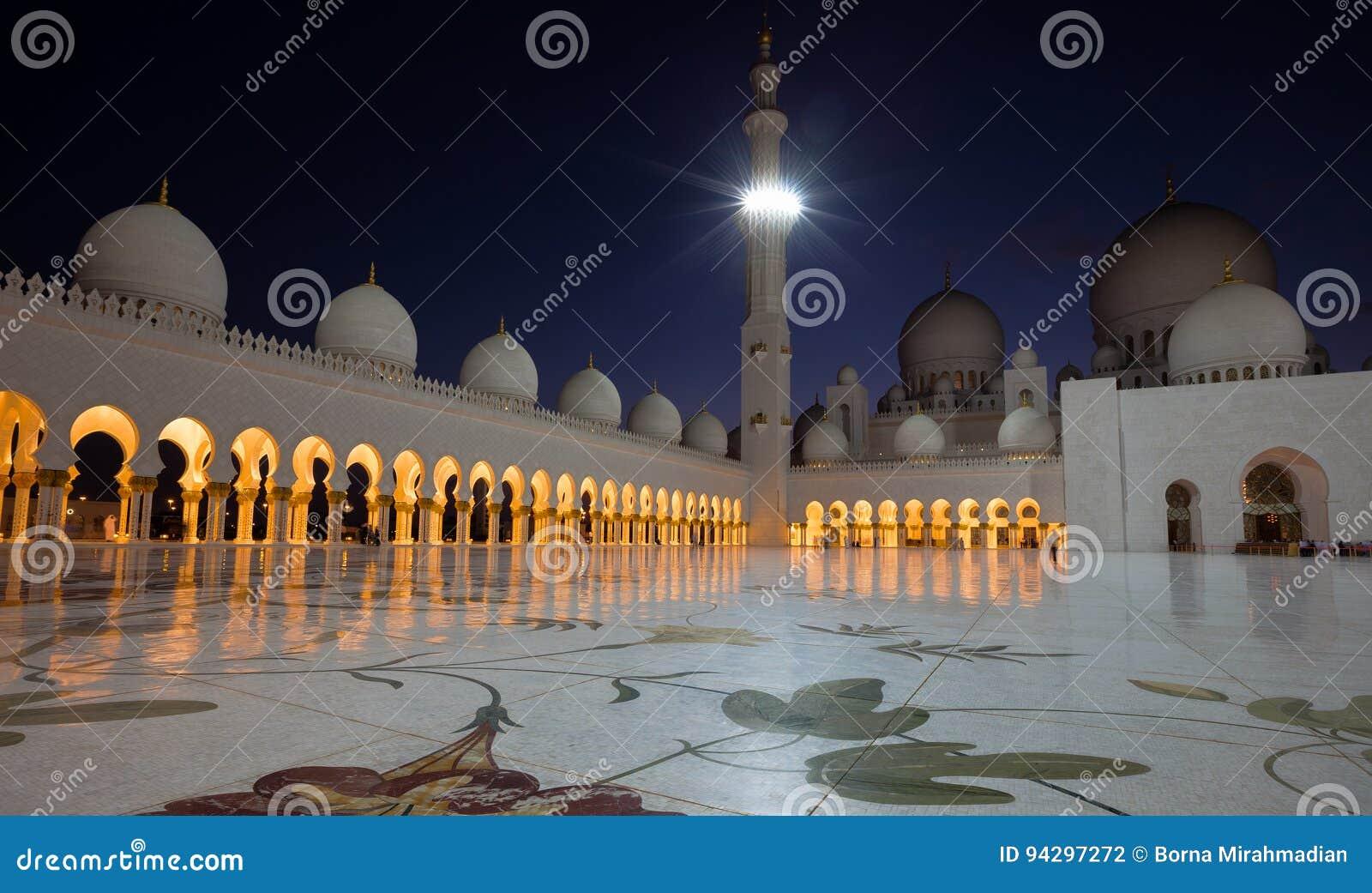 有启发性白色大理石扎耶德盛大清真寺在反对深蓝天空的阿布扎比