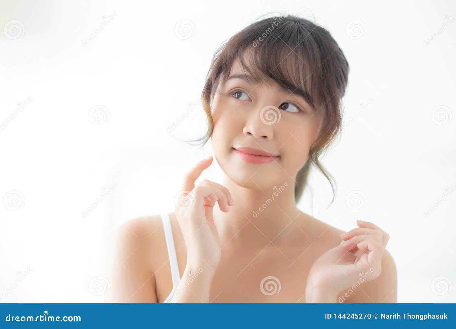 有吸引力化妆用品、女孩手接触的面颊和的微笑画象美好的亚洲妇女构成