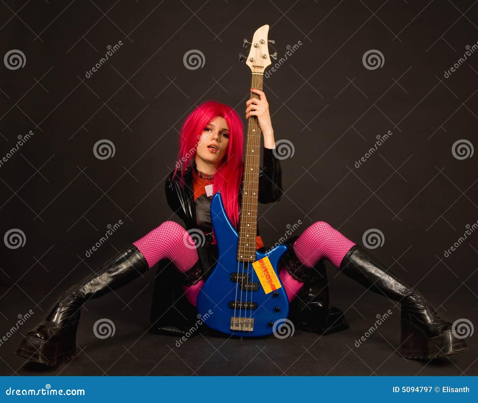 有吸引力的低音女孩吉他岩石开会