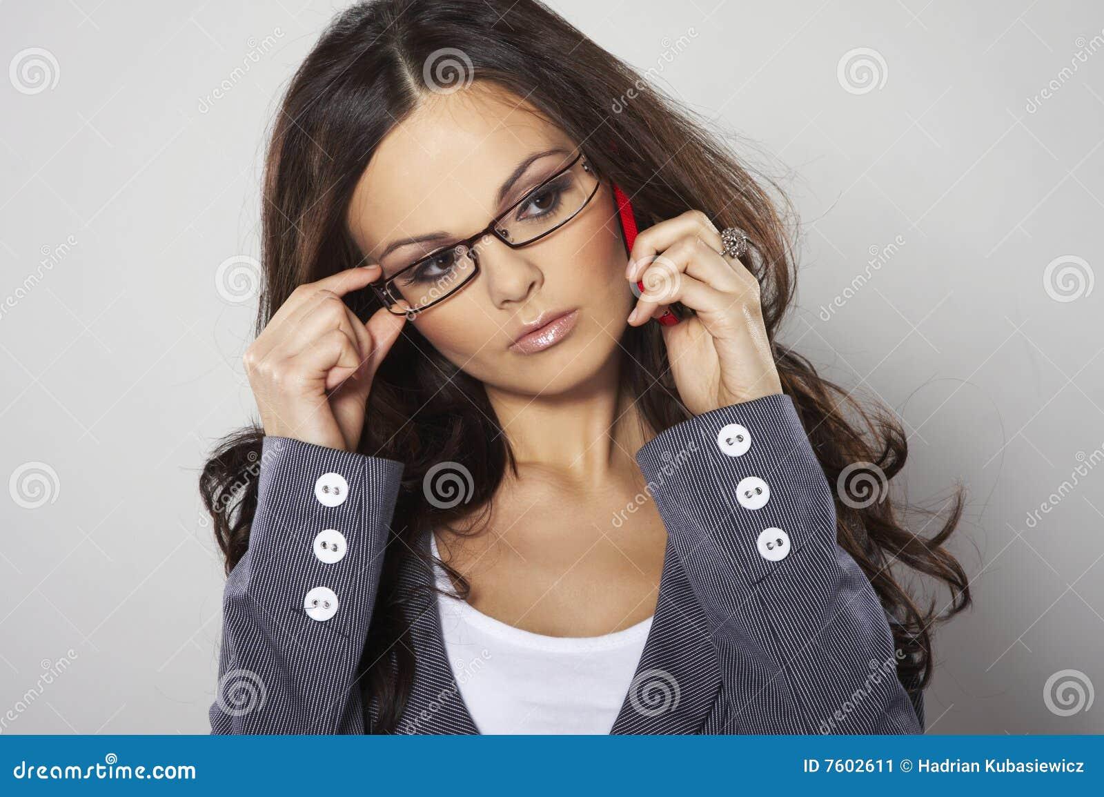 有吸引力的女实业家移动电话