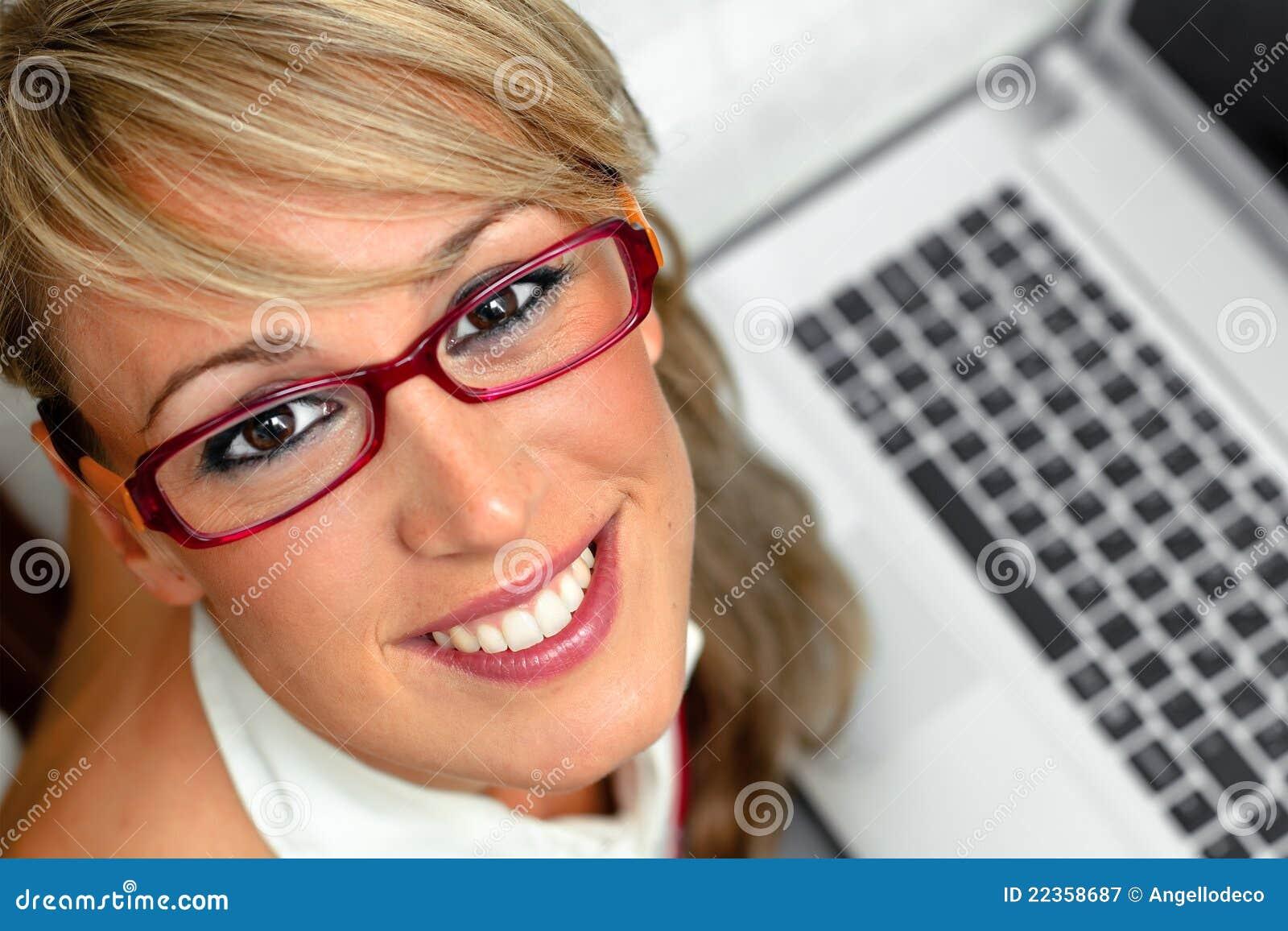 有吸引力的女性前膝上型计算机年轻&#