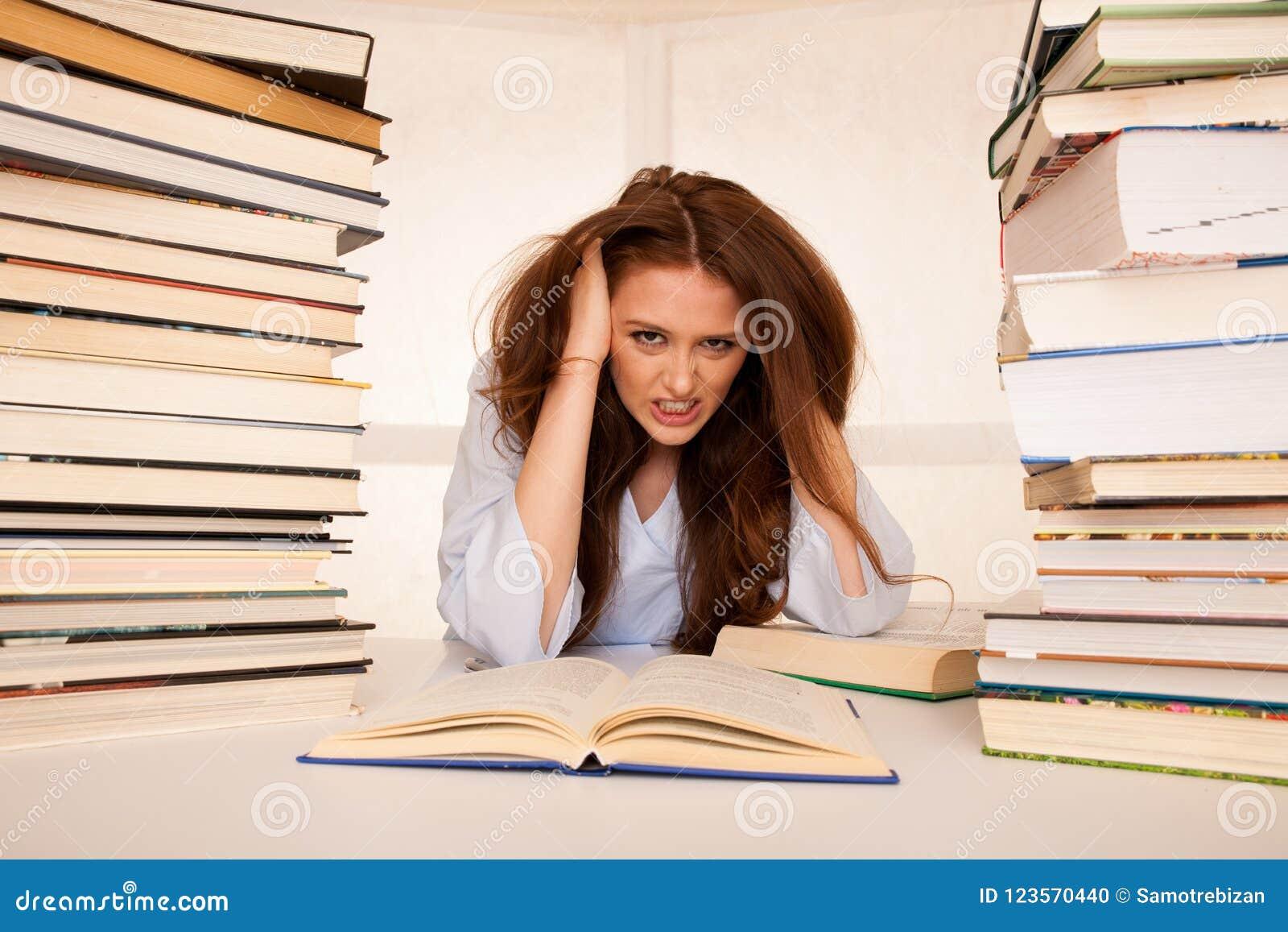 有吸引力的少妇学生undre重音,当studiing为e时