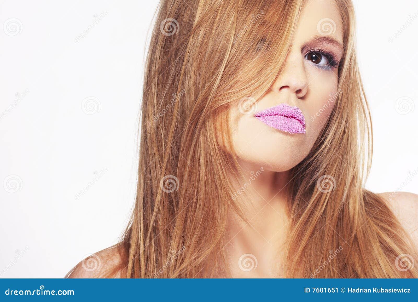 有吸引力的白肤金发的女孩纵向年轻&#
