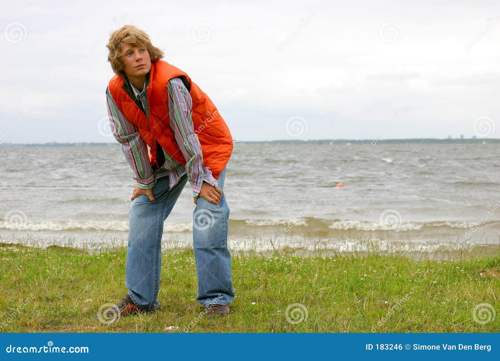 有吸引力的白肤金发的男孩海边