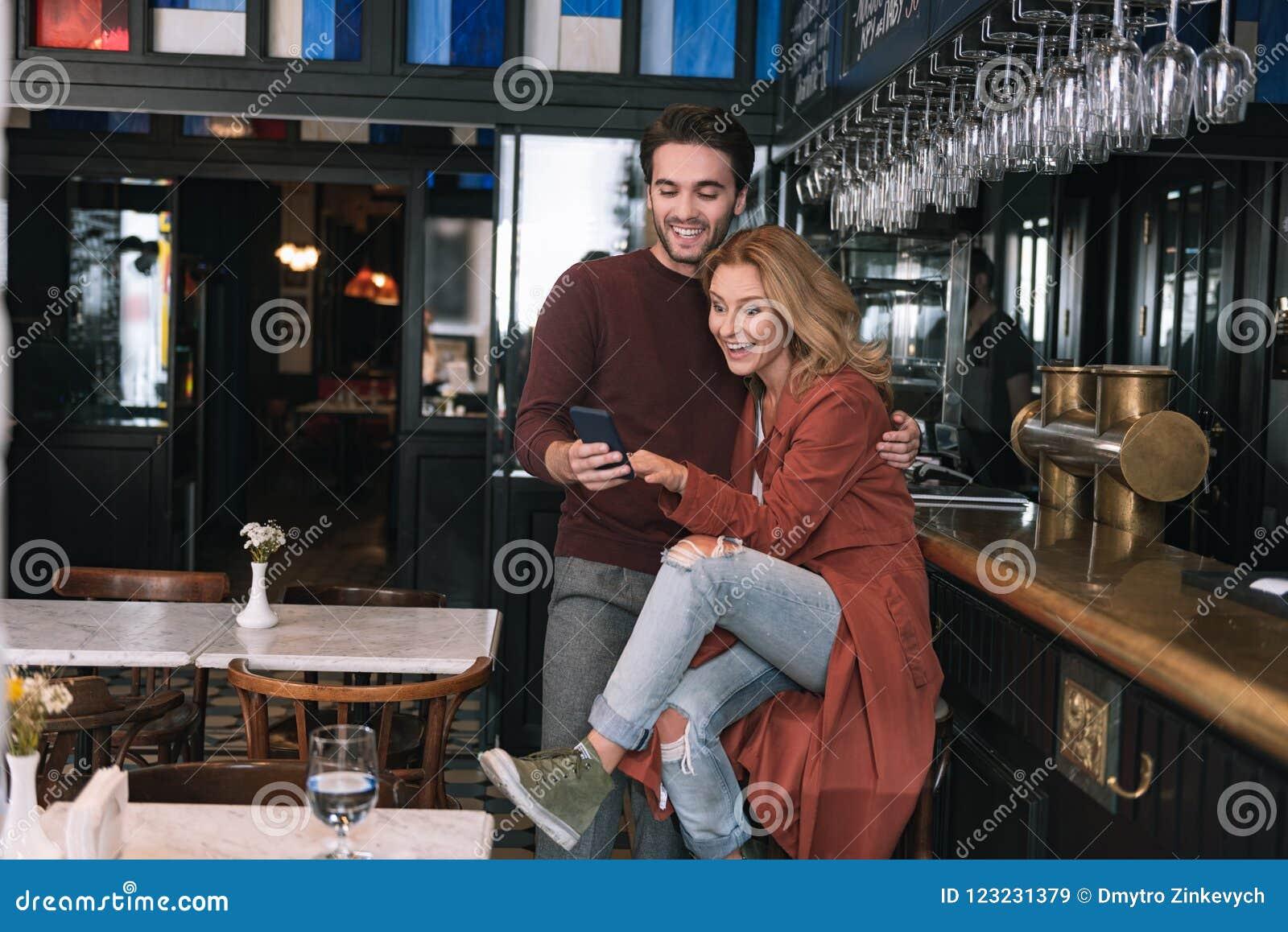 有吸引力的苍劲的夫妇观察录影