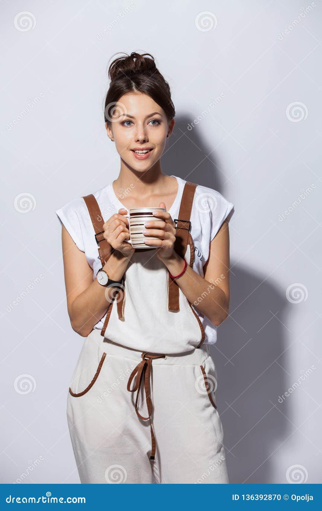 有咖啡的美丽的少妇,隔绝在白色
