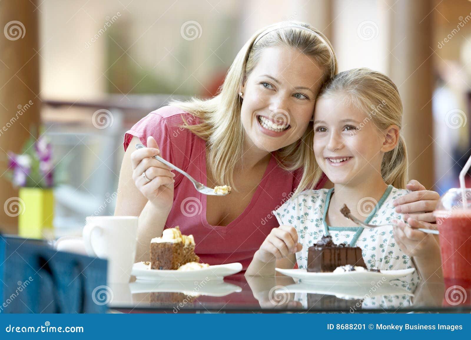 有咖啡馆的女儿午餐母亲一起