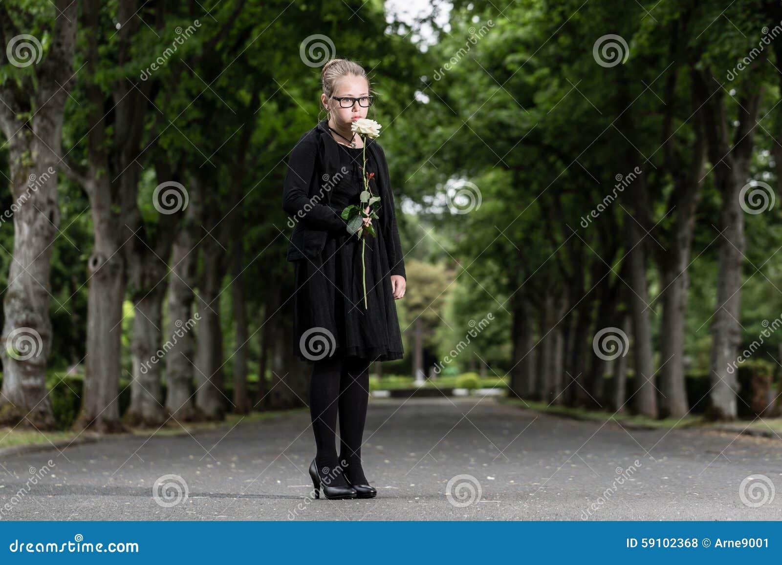 有哀悼白色的玫瑰的女孩在坟园死亡了