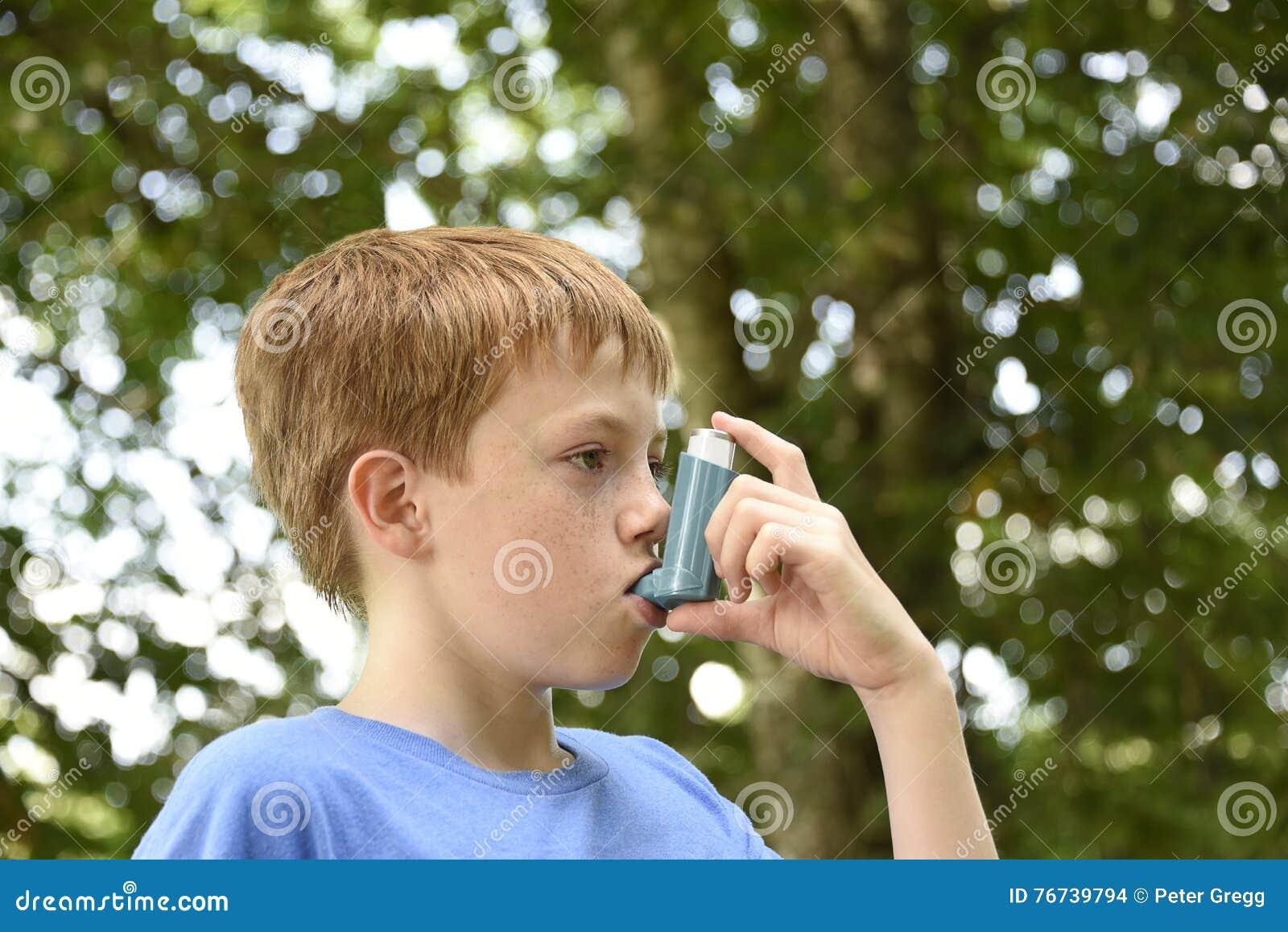 有哮喘吸入器的男孩