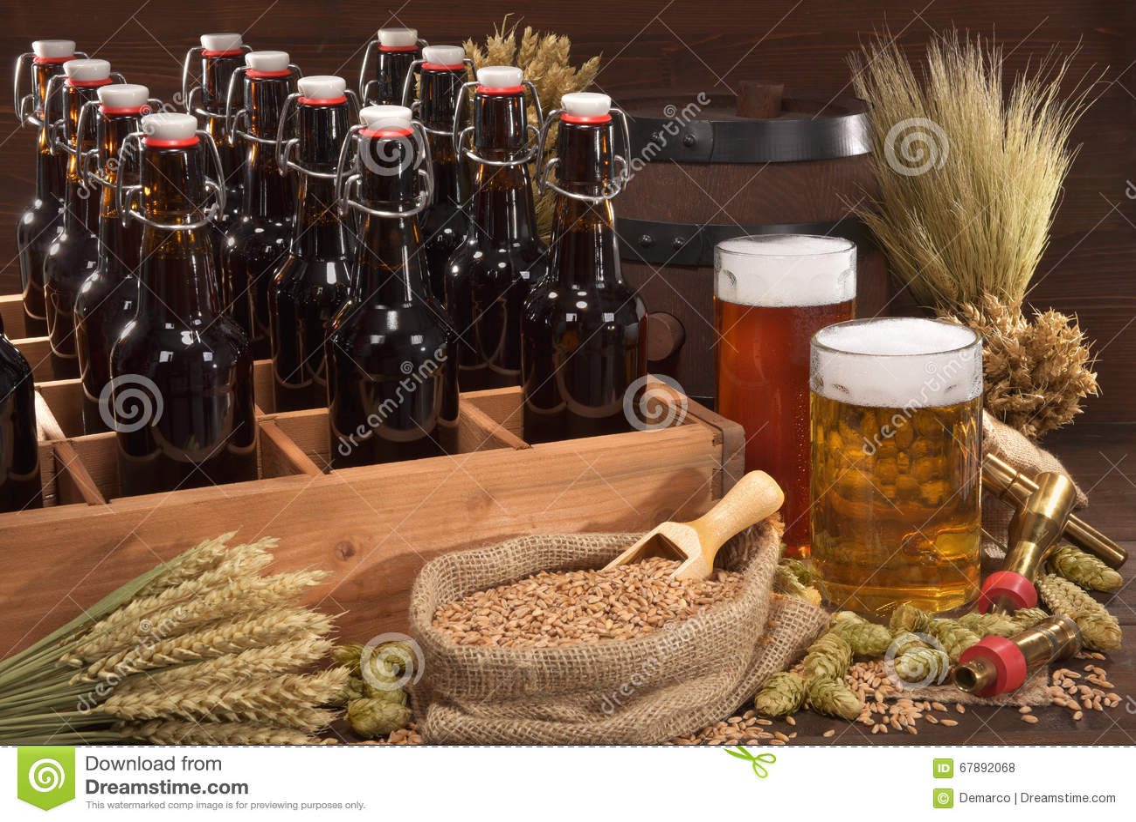 有啤酒杯的啤酒条板箱