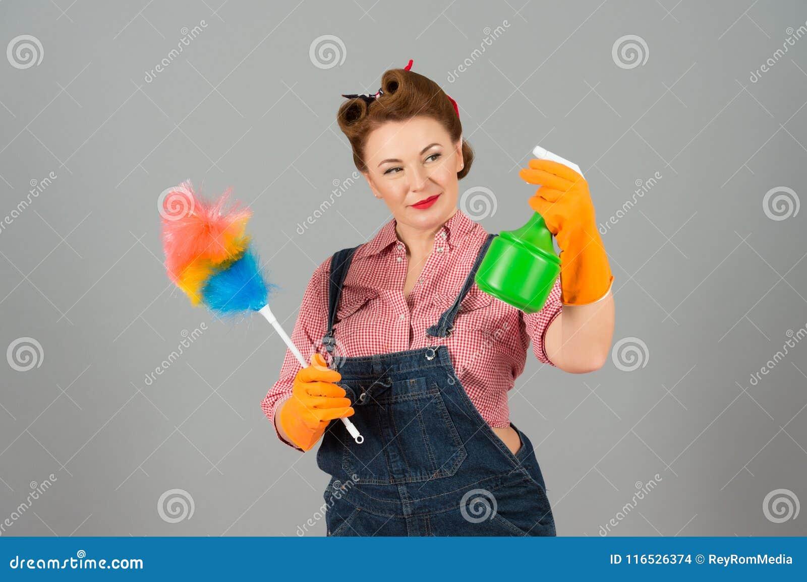 有喷粉器的清洗的在牛仔布的女性和浪花在画报样式 管家深色女孩摆在