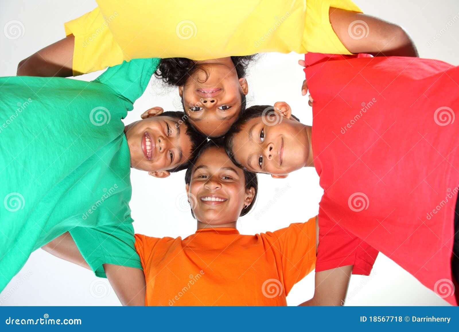 有四个朋友的乐趣学校一起年轻人
