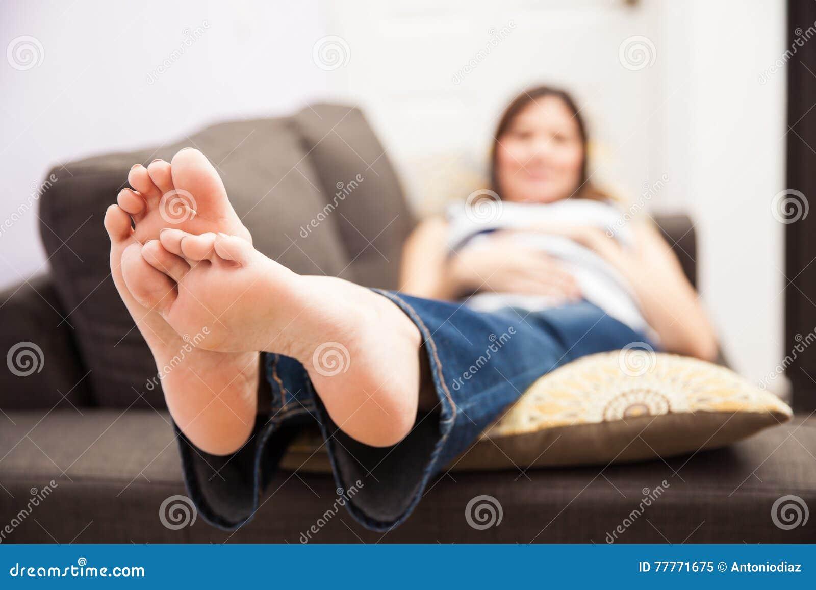 有圆鼓的脚的孕妇