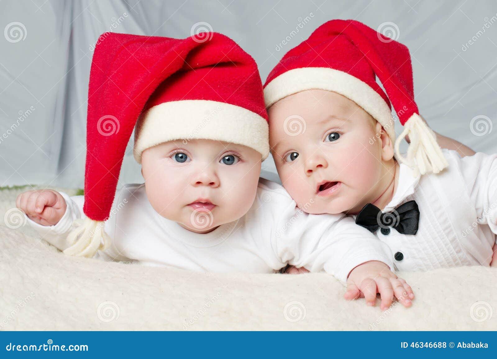 有圣诞老人帽子的逗人喜爱的婴孩