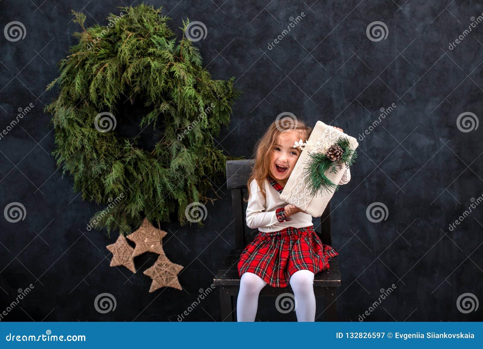 有圣诞节礼物盒的愉快的微笑的女孩