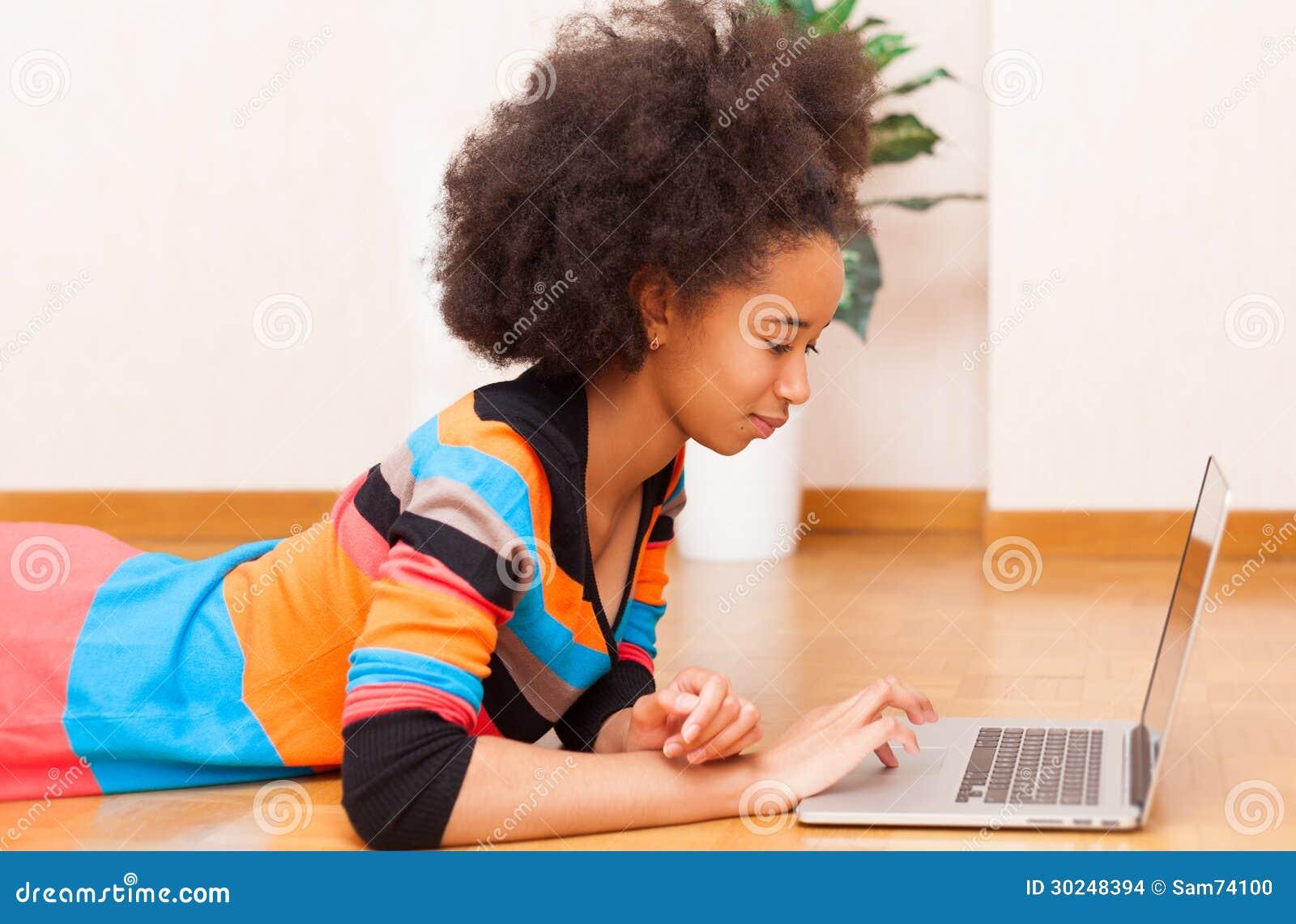 有非洲的理发的黑人非裔美国人的十几岁的女孩