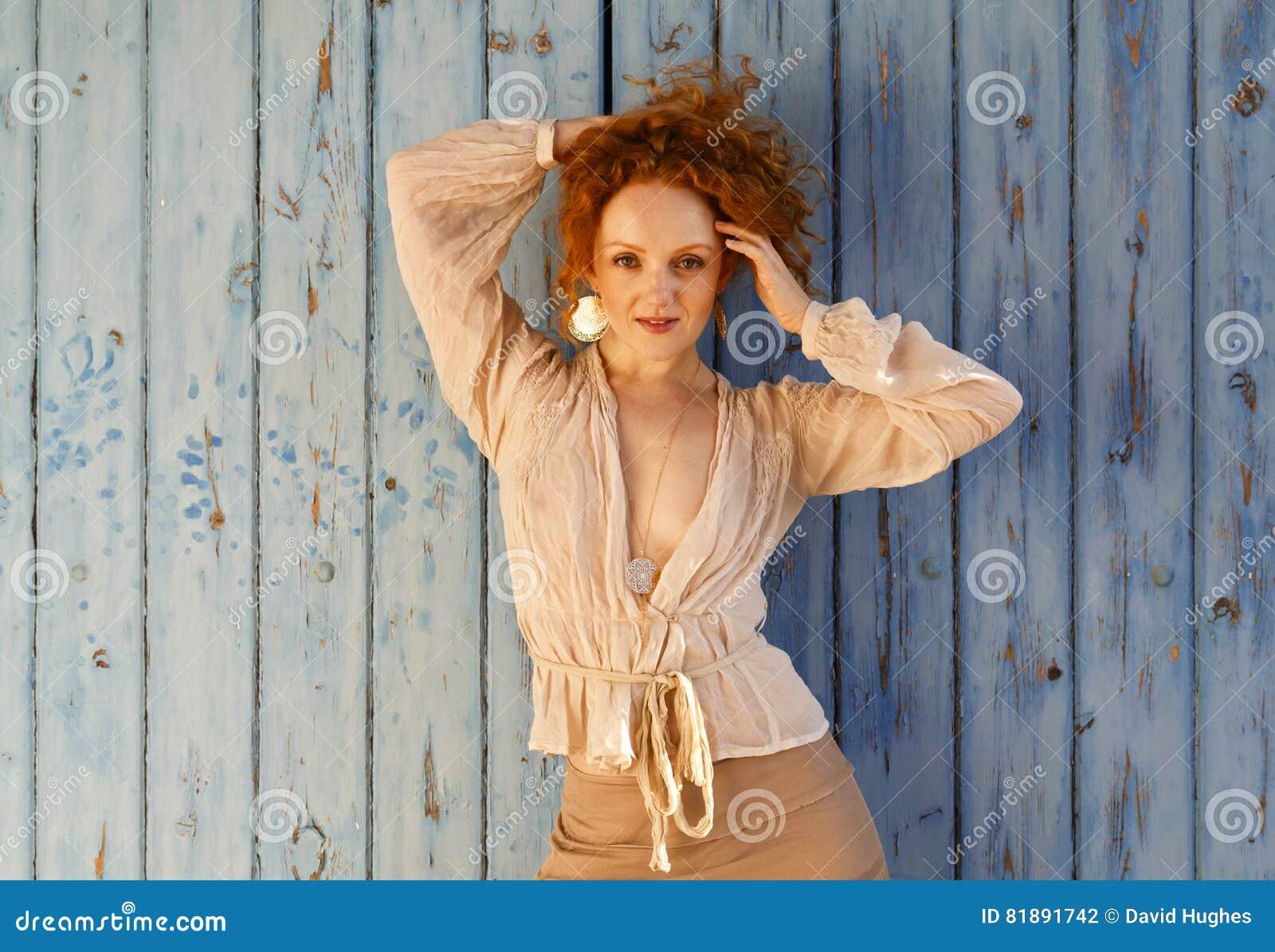 有在她的头束起的长的波浪红色头发的Beautifull肉欲的女孩