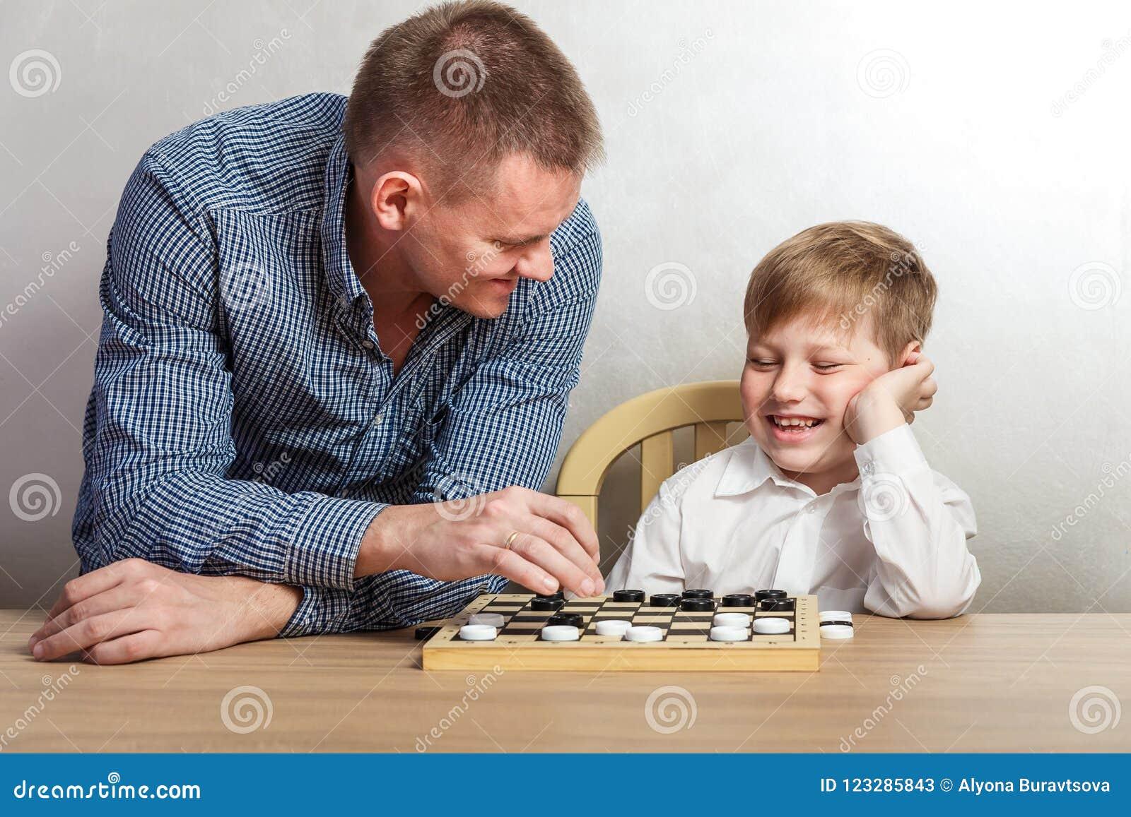 有在家扮演验查员的爸爸的男孩