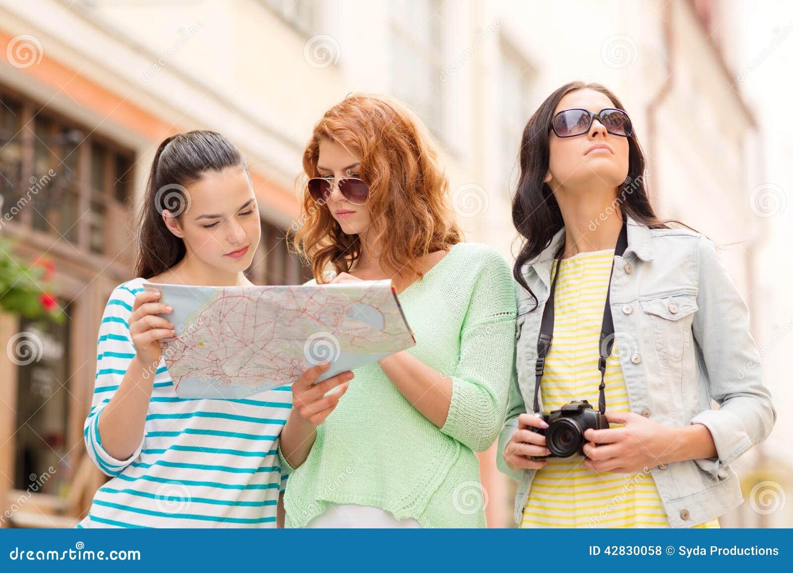 有地图和照相机的十几岁的女孩