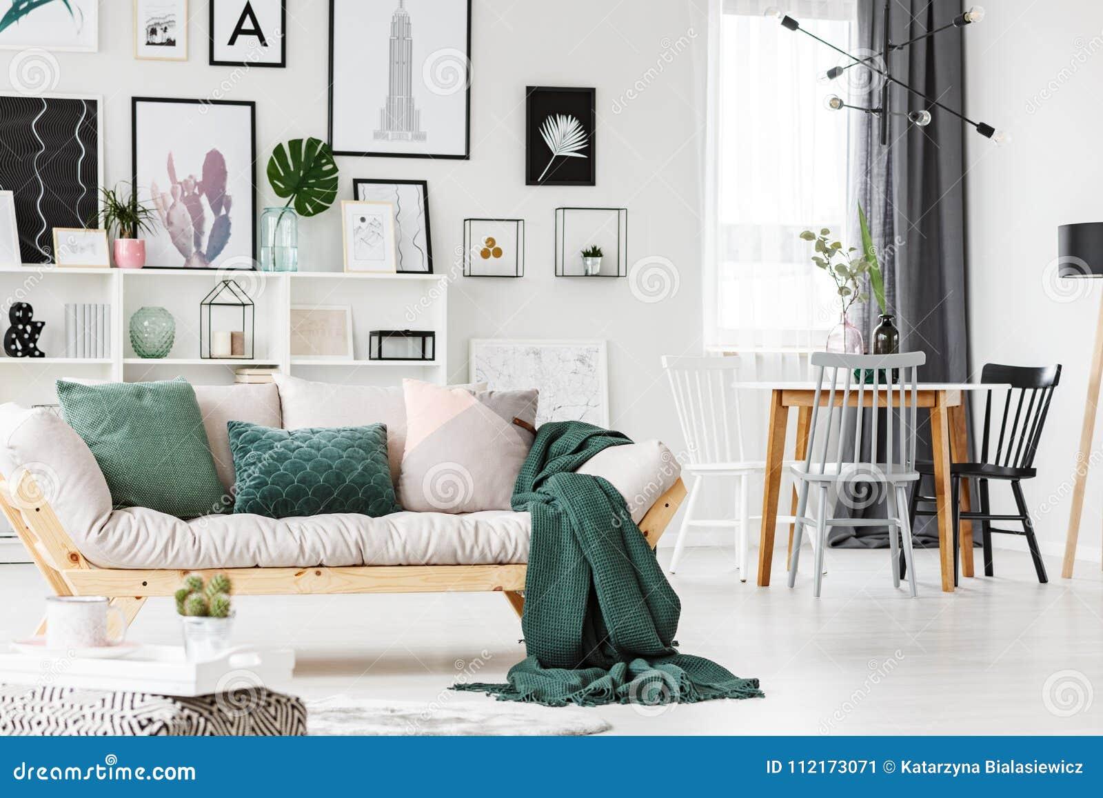 有坐垫和毯子的沙发