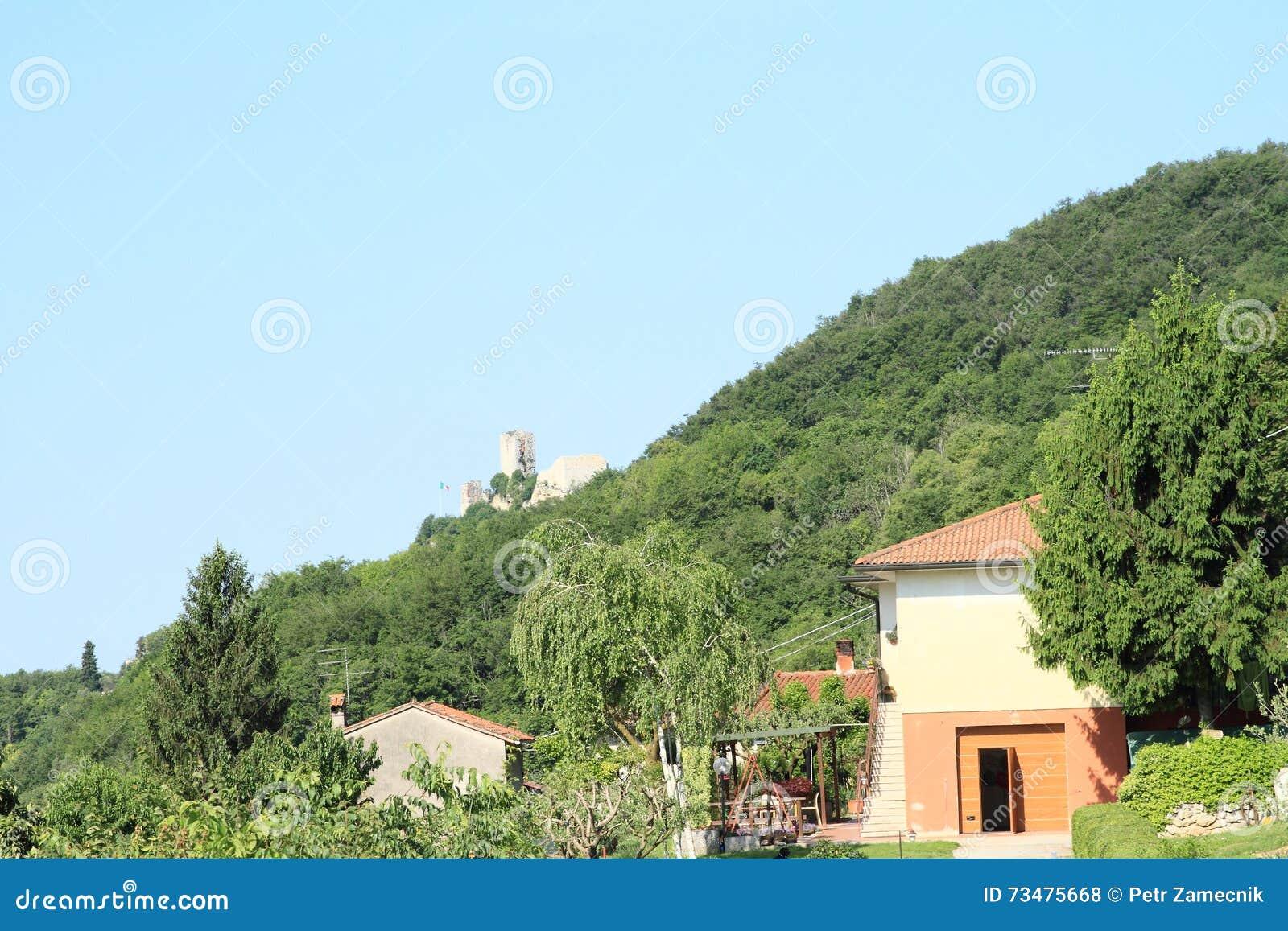 有城堡废墟的意大利房子