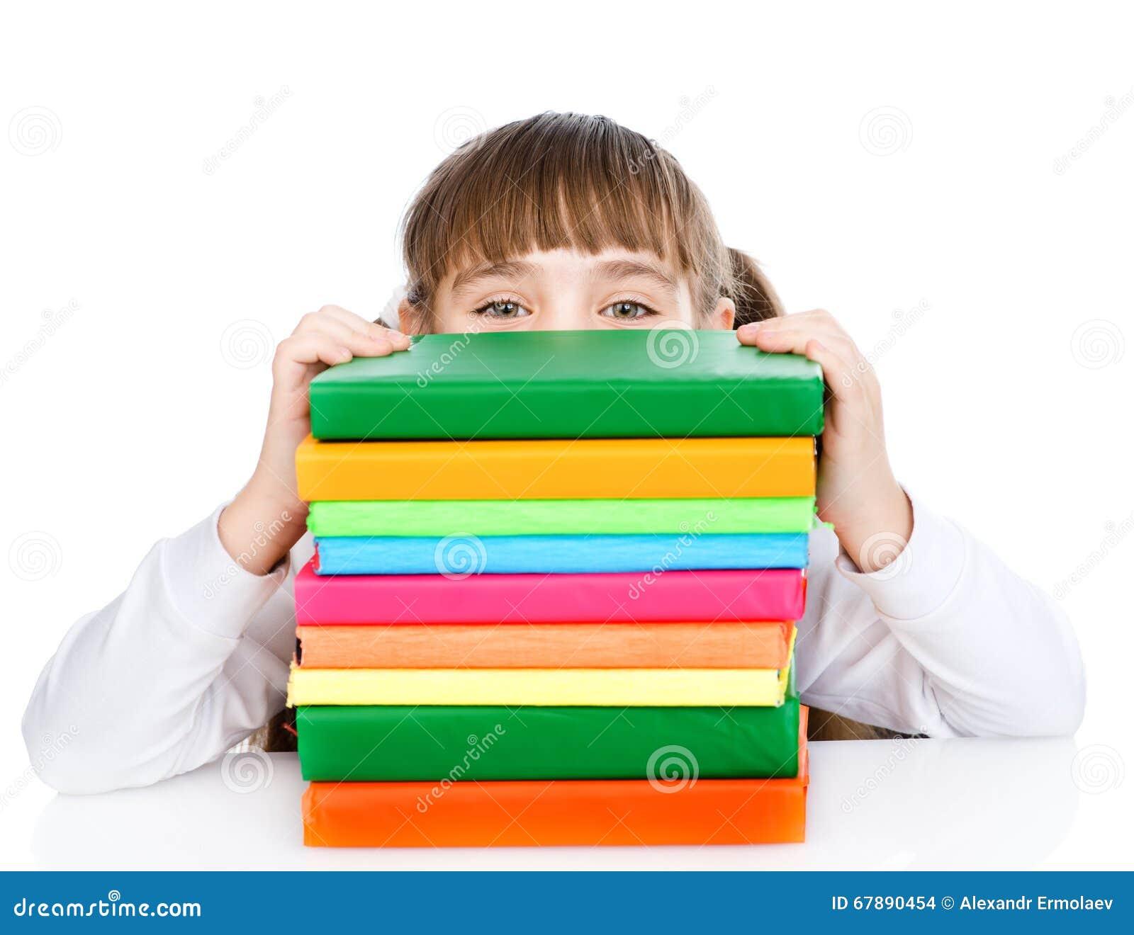 有堆书的小愉快的女孩 背景查出的白色