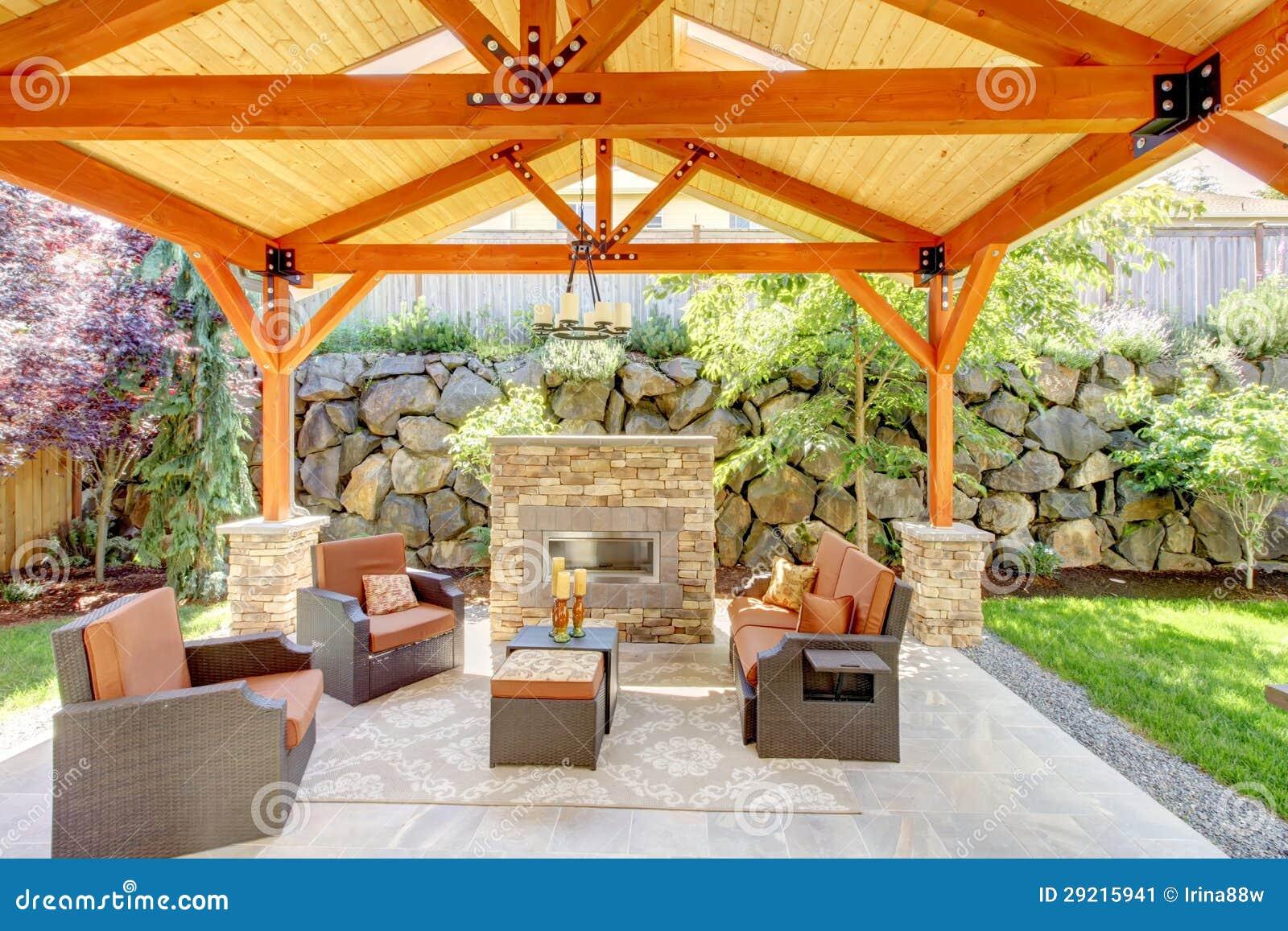 有壁炉和家具的外部包括的露台。