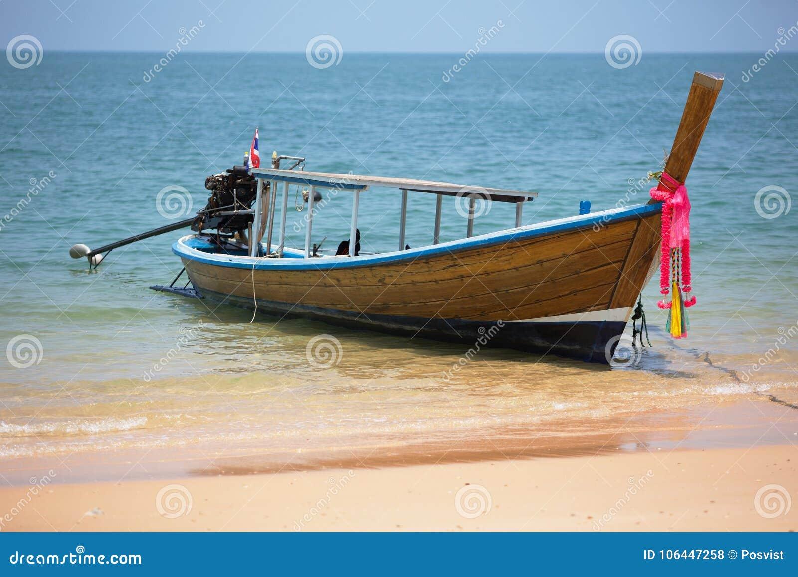 有外置马达的木泰国渔船在酸值Pai海岛附近海岸