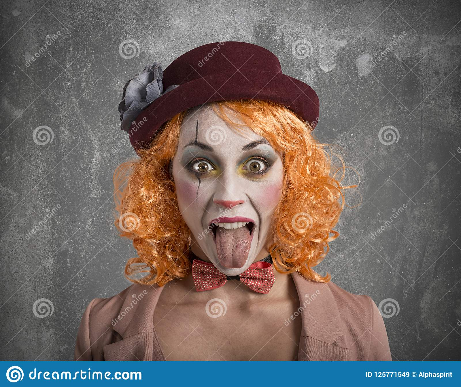 有外面舌头的滑稽的鬼脸小丑女孩女孩