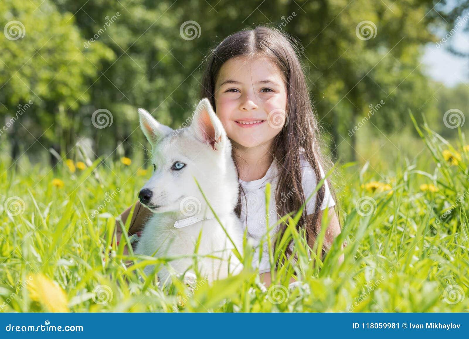 有多壳的小狗的小女孩