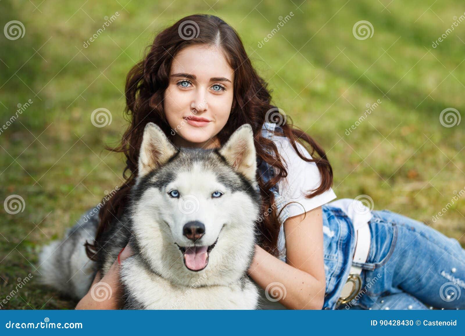 有多壳的狗的逗人喜爱的女孩