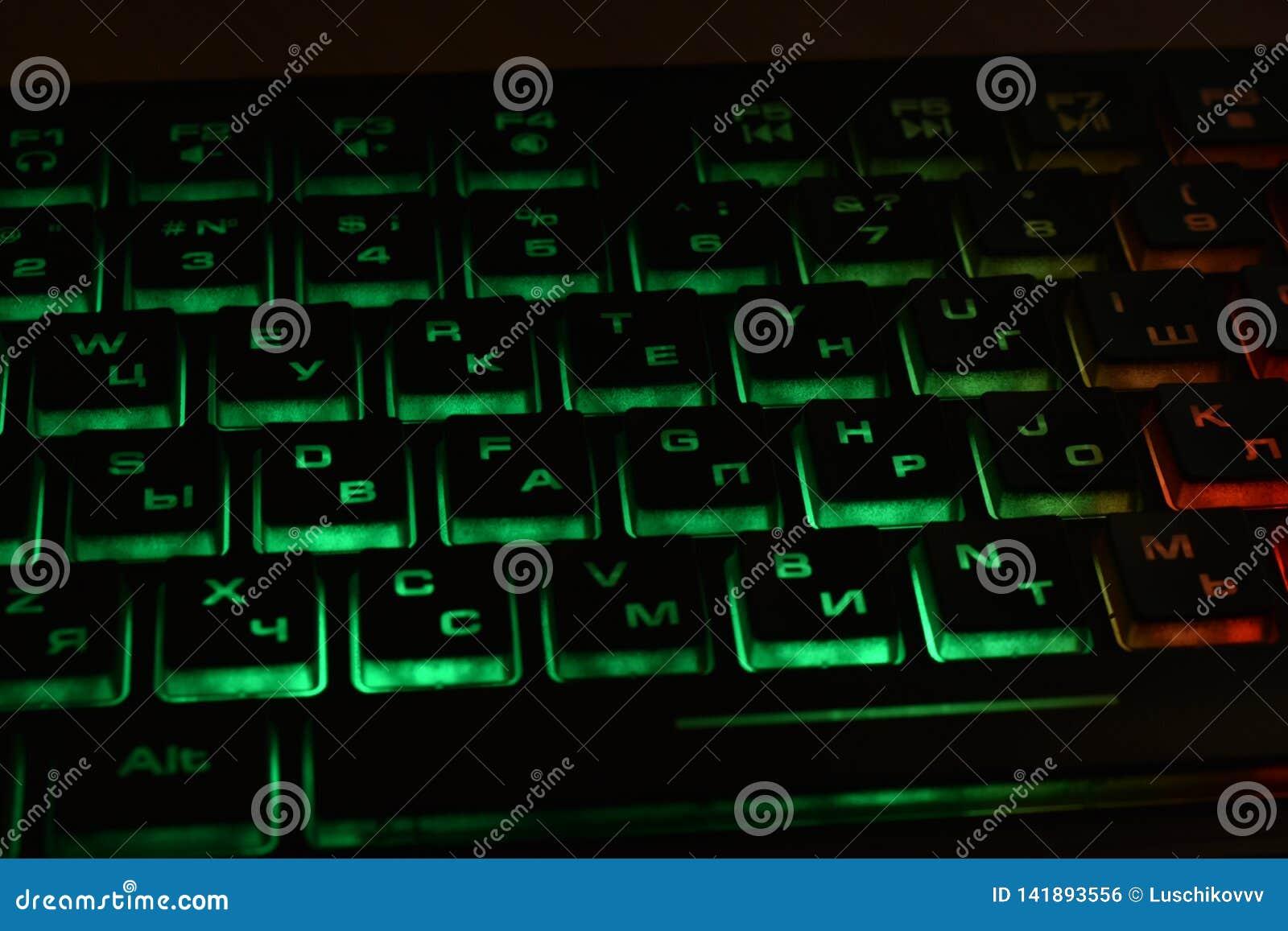 有多彩多姿的背后照明的俄国键盘