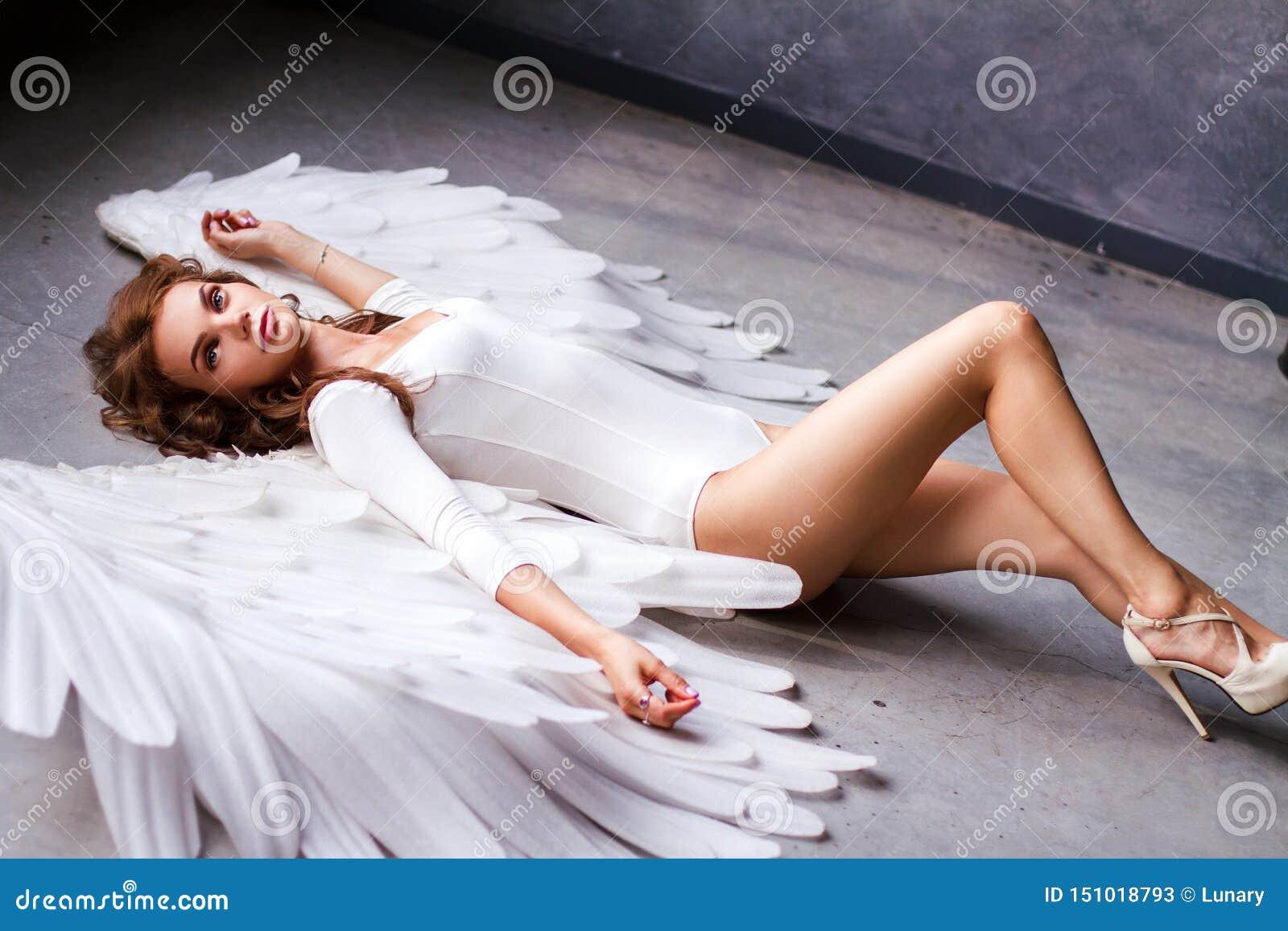 有大天使翼的美丽的年轻女人