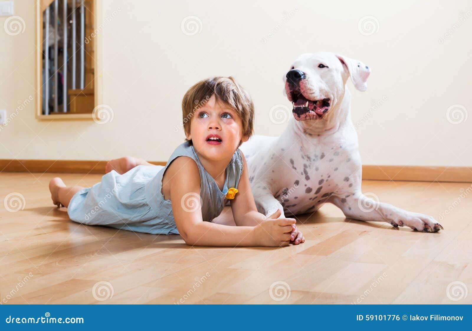 有大白色狗的小女孩