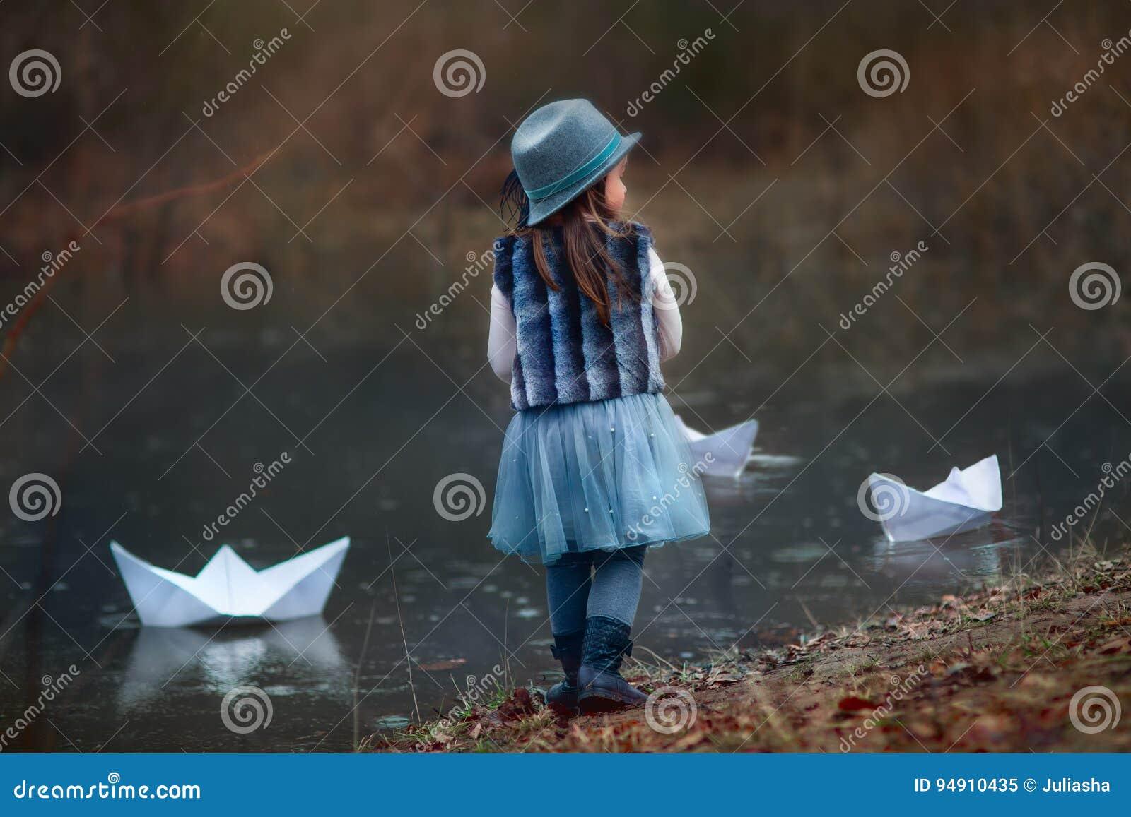有大纸小船的女孩